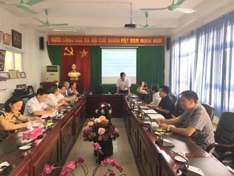 Nguyễn Bá Phú (đứng giữa) nhận bằng tại Lễ Tốt nghiệp năm 2015 Cao đẳng thực hành FPT Polytechnic Hà Nội. Ảnh: Duy Khương.