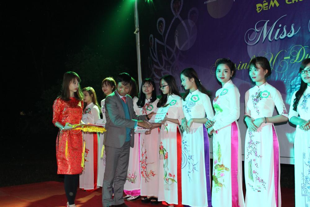 """Cô gái Tây Nguyên đăng quang Miss ảnh """"Nữ sinh Y - Dược"""" năm 2016"""