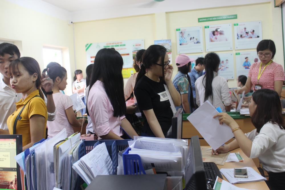 """Hàng trăm Tân sinh viên háo hức """"đội mưa"""" nhập học đợt 1 năm 2016"""