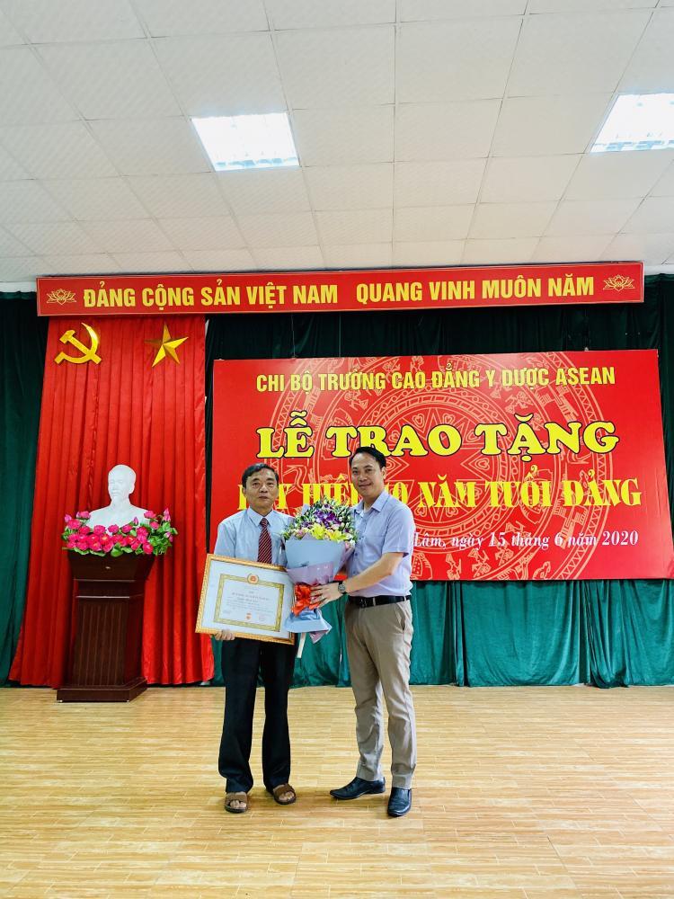 Trao tặng Huy hiệu 40 năm tuổi Đảng cho đồng chí Nguyễn Thanh Cam